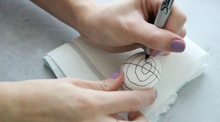 decoracion minimalista de huevos de pascua con marcador negro, figuras geometricas y lineas