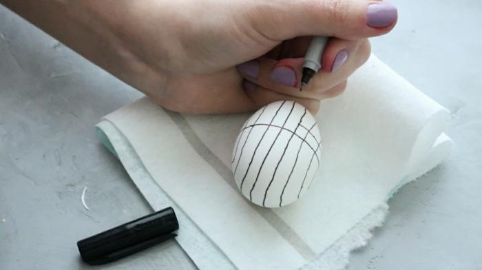 manualidades para pascua super faciles, decoracion huevos de pascua original con marcador negro