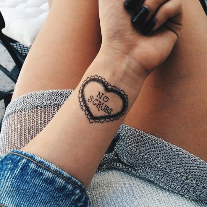 tatuajes pequeños mujer con un fuerte simbolismo, tatuaje corazón ornamentado, ideas de tattoos con letras