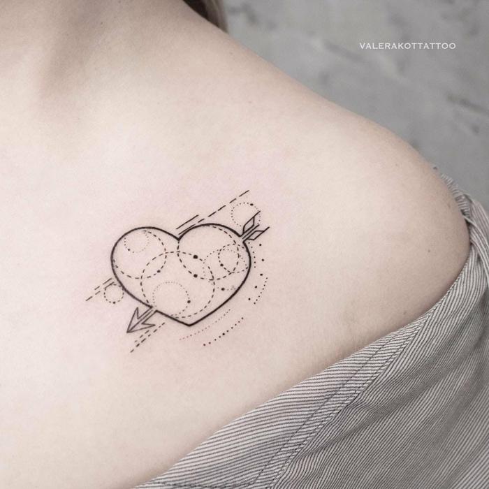 tatuajes pequeños mujer con corazones, tatuajes geométricos originales, corazón con flecha esferas
