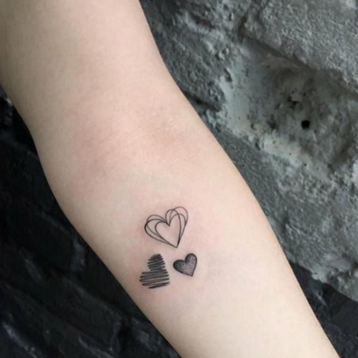 tatuajes pequeños mujer con corazones, pequeños tatuajes que simbolizan el amor romántico
