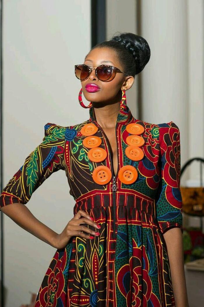 vestido colorido que recuerda al traje tipico africano, vestido mujer con motivos florales y grandes botones