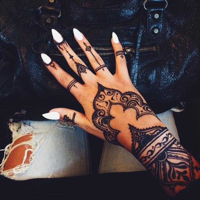 ideas de tatuajes henna negra, tatuajes en los dedos de la mano para mujeres, tatuajes con ornamentos