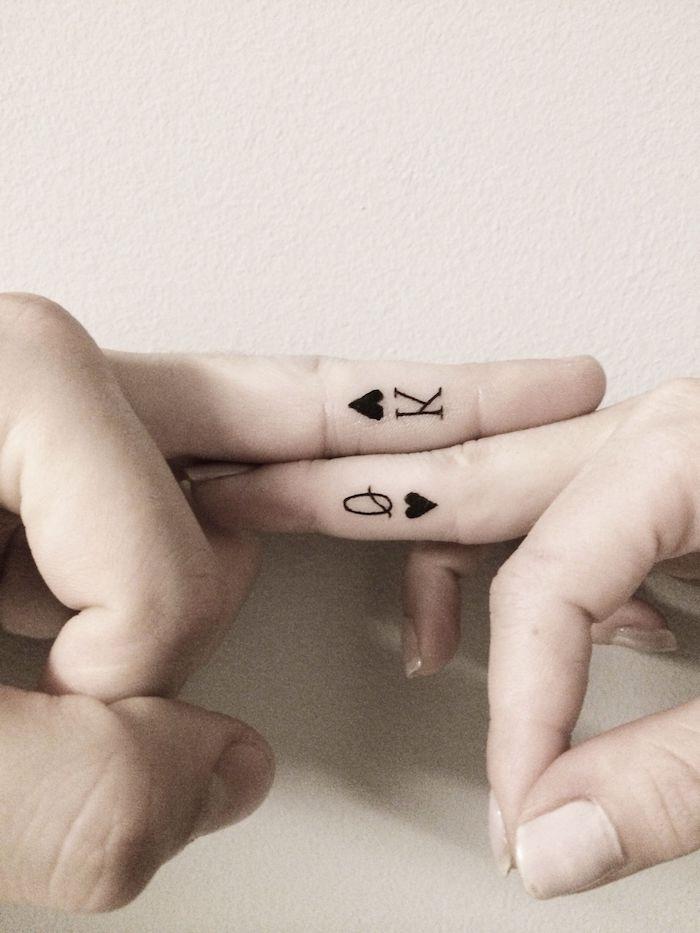 las mejores ideas de tatuajes para parejas en estilo minimalista, tatuajes en los dedos de la mano