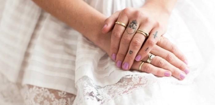 cuáles son los mejores diseños de tatuajes en los dedos de la mano para hombres y mujeres