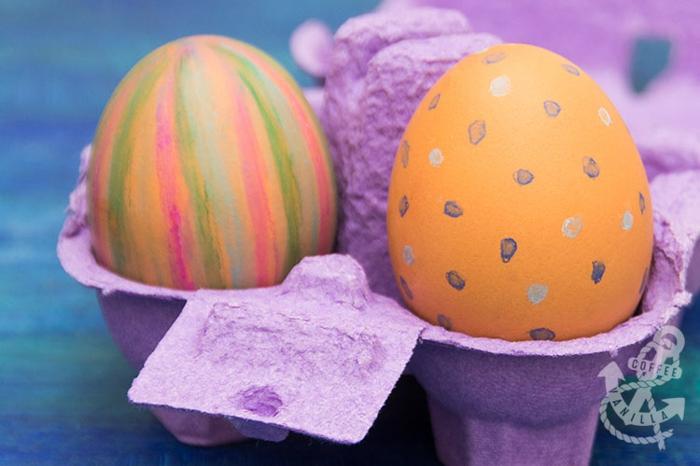 huevos pintados en colores bonitos, técnicas creativas para pintar huevos, manualidades de pascua para niños