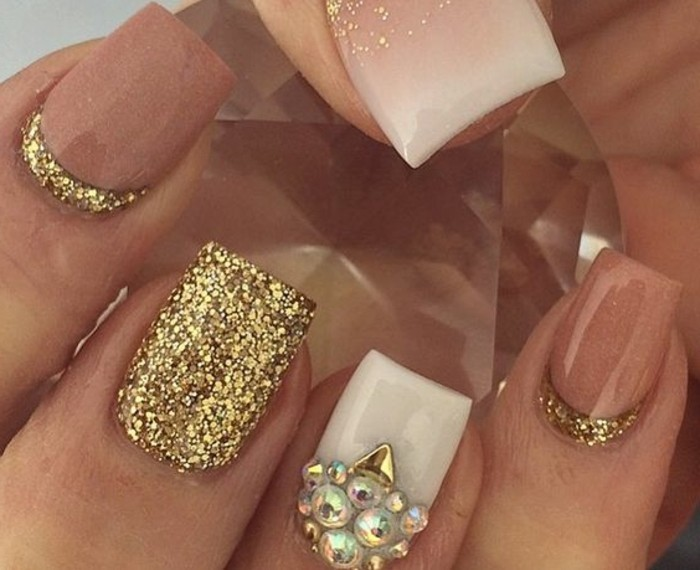 las mejores fotos de diseños de uñas, uñas largas de forma cuadrada decorados con esmalte brillante en dorado