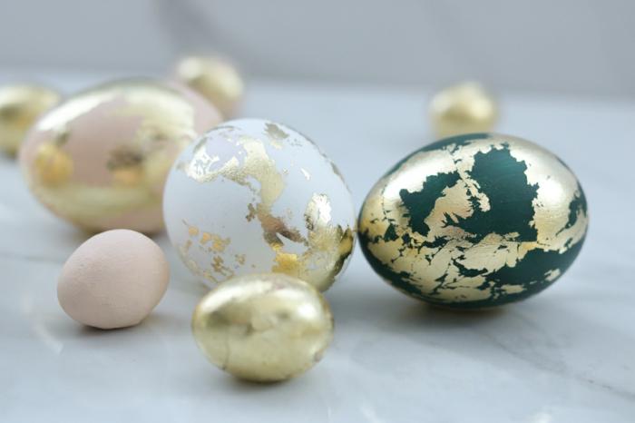 huevos decoración casera original con láminas de estaño, huevos de tamaño diferente originales