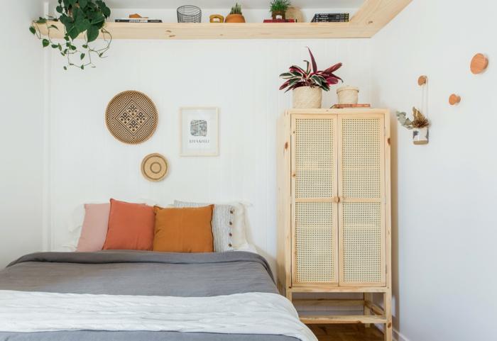decoración habitación moderna en estilo boho, paredes blancas, detalles decorativos coloridos