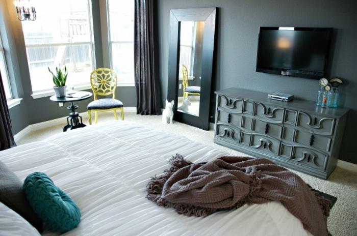 ideas de cabeceros cama matrimonio, habitación con paredes en gris oscuro, espejo apoyado en la pared marco de madera color negro