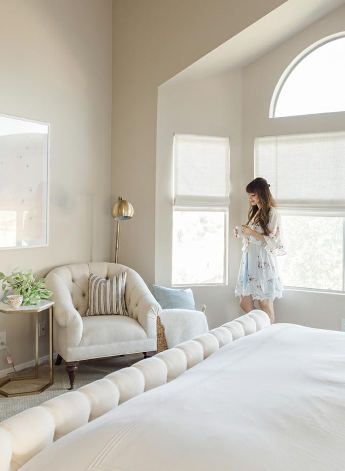 fotos con camas matrimonio, precioso dormitorio decorado en blanco con interesantes elementos arquitectónicos