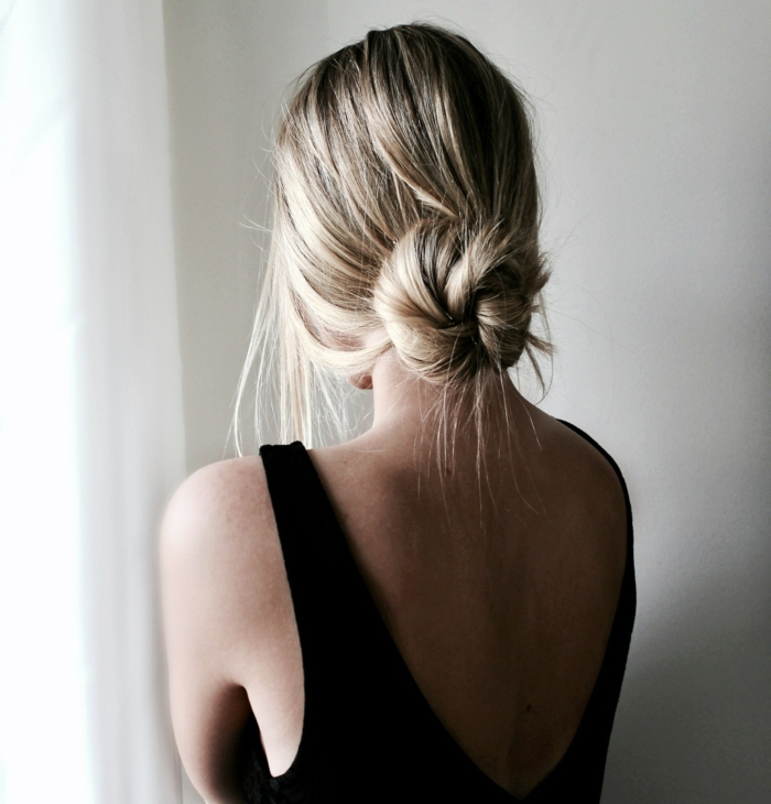 moño bajo super elegante con mechones sueltos, imagines con ideas de peinados para bodas media melena