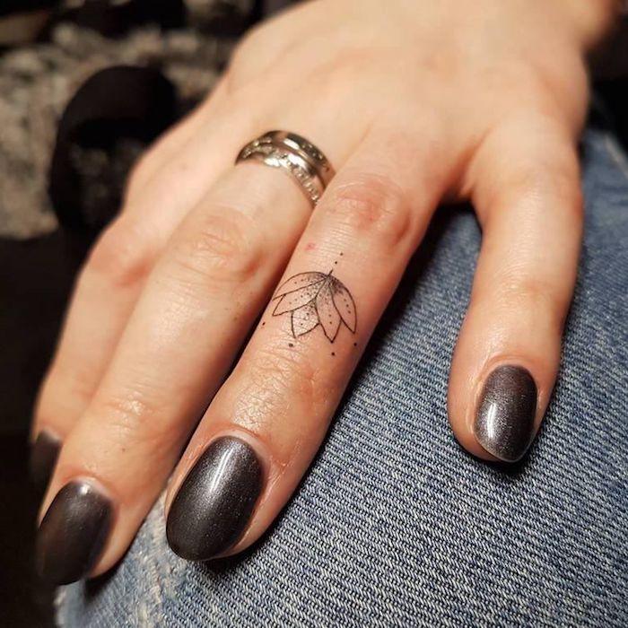 diseño tatuaje minimalista flor de loto, tatuajes en los dedos mujer con significado, diseños pequeños