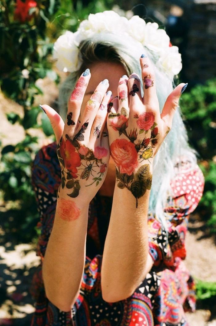 preciosos diseños de tatuajes con flores, tattoo en la manos y los dedos, ideas de tatuajes en los dedos mujer
