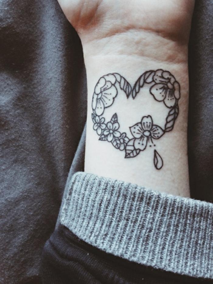 tatuajes bonitos en la muñeca, tatuaje corazón con motivos florales, adorables diseños de tatuajes mujer