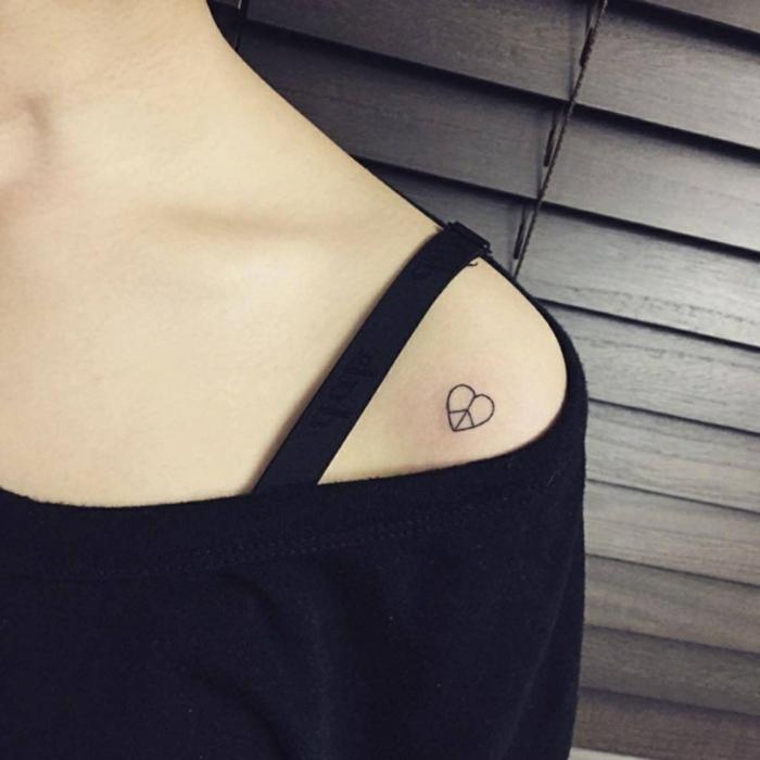 diseños de tatuajes para parejas en estilo minimalista, pequeño tattoo corazón con elementos geométricos