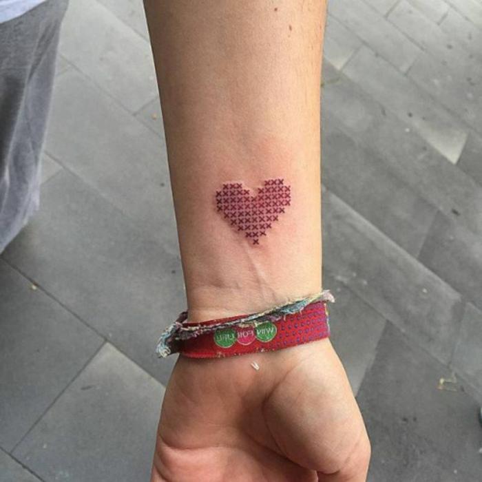 tatuajes para parejas, ideas de tatuajes corazon para hacerse en pareja, corazón original rojo tatuado en el antebrazo