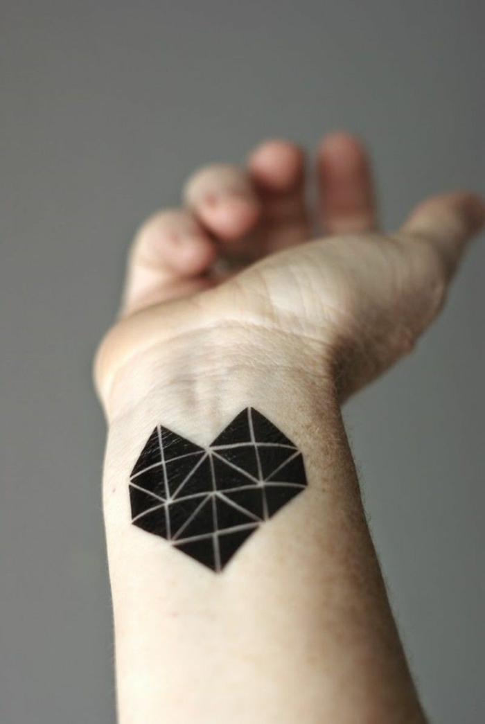 diseños de tatuajes pequeños hombre, tatuaje negro geométrico tatuado en la muñeca