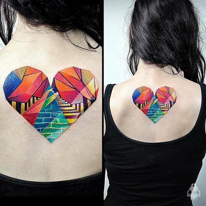 diseños coloridos de tatuajes corazon en la espalda, tatuajes bonitos geométricos con fuerte significado
