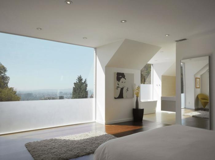 habitación con grandes ventanales con vista, elementos arquitectónicos y luces empotradas