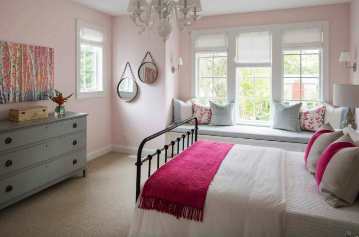 dormitorio matrimonio decorado en blanco y rosado con rincón de lectura y decoración en estilo vintage
