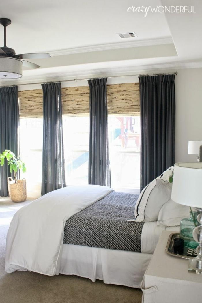 cama decoración en blanco, beige y gris, cortinas de diseño, cama doble, decoración con plantas verdes