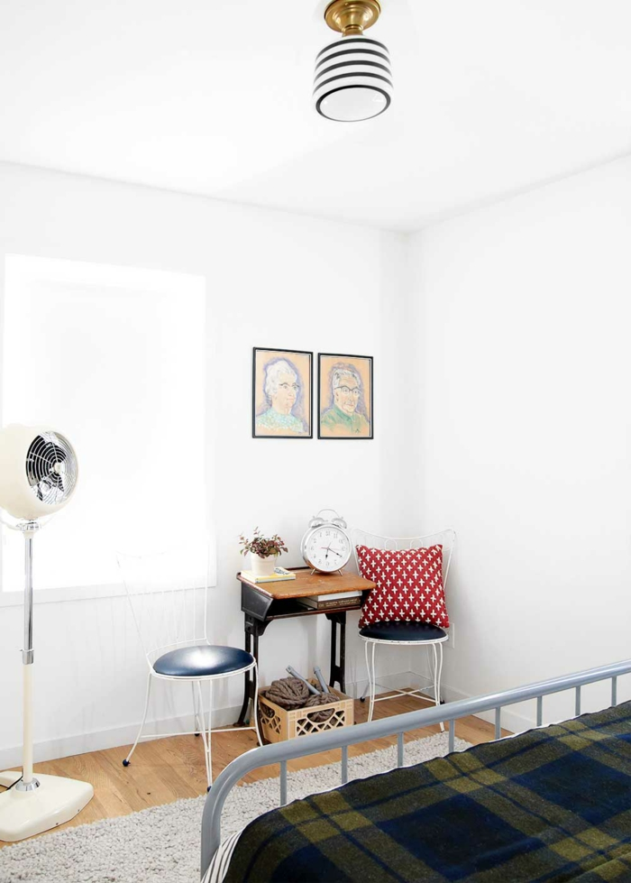 decoración habitación moderna con paredes blancas y suelo de parquet, cabeceros cama matrimonio
