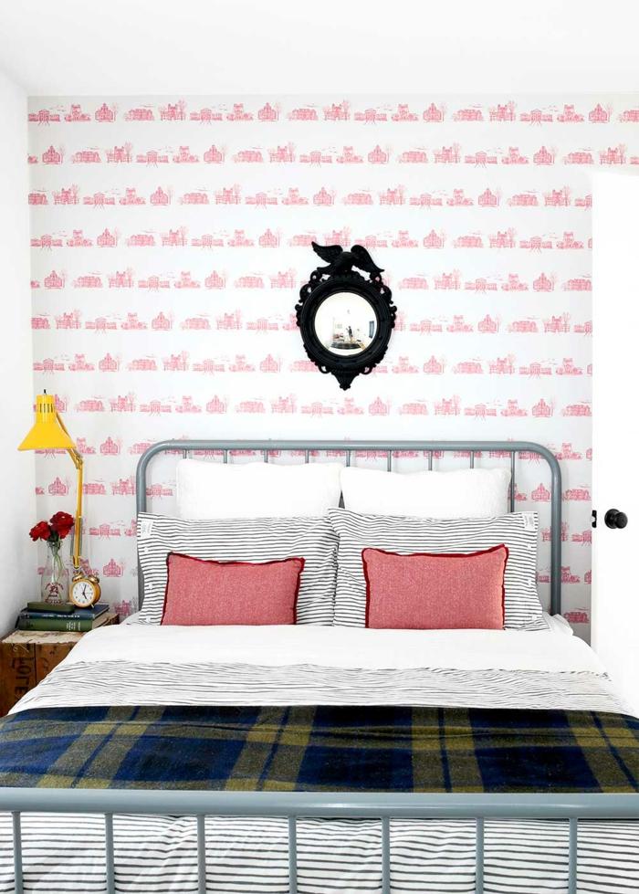 cama doble de diseño, paredes con papel pintado en blanco y rosado, cabeceros cama matrimonio vintage