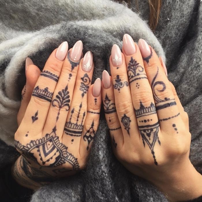 increíbles propuestas de tatuajes pequeños para dedos, tatuaje henna color negro, ornamentos tatuados en los dedos