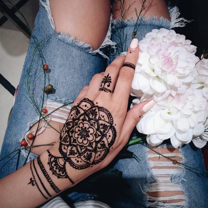 preciosos detalles con henna tatuados en la mano y los dedos, ideas de tatuajes temporales