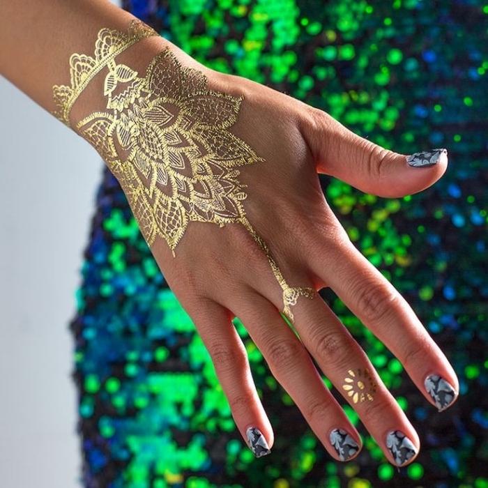 tatuajes estilo henna en dorado, tatuajes pequeños para dedos y la mano, diseños de tatuajes femeninos