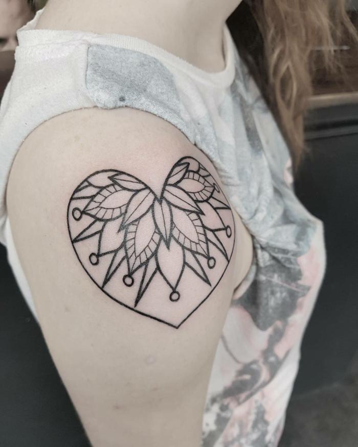 tatuajes pequeños mujer con corazón y sus significados, diseños de tatuajes bonitos simbólicos