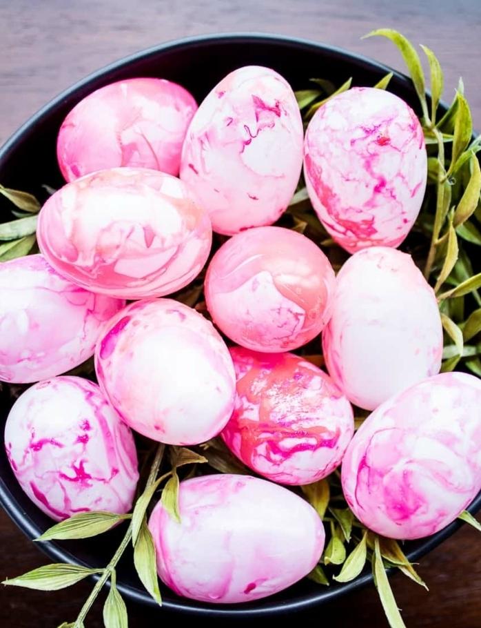 ejemplos de manualidades huevos de pascua, huevos de Pascua pintados en rosado con esmalte de uñas