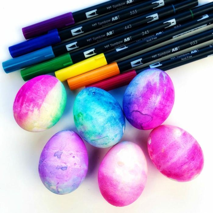 preciosos huevos de Pascua en colores vibrantes decorados con marcadores de colores, ideas de manualdiades Pascua