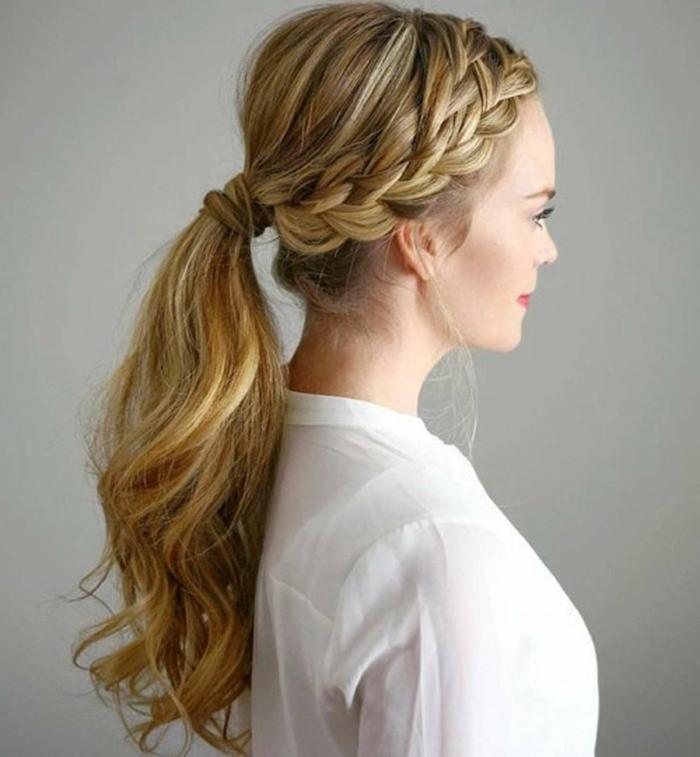 coleta pelo alto con mucho volumen y partes laterales trenzadas, ideas de peinados elegantes y fáciles de hacer