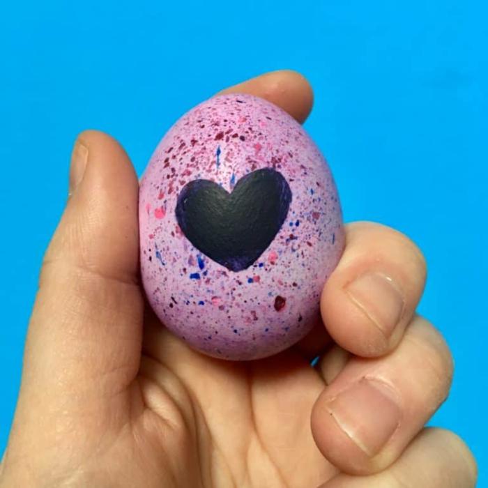 ejemplos de huevos de pascua originales decorados en casa, detalles bonitos para decorar huevos caseros