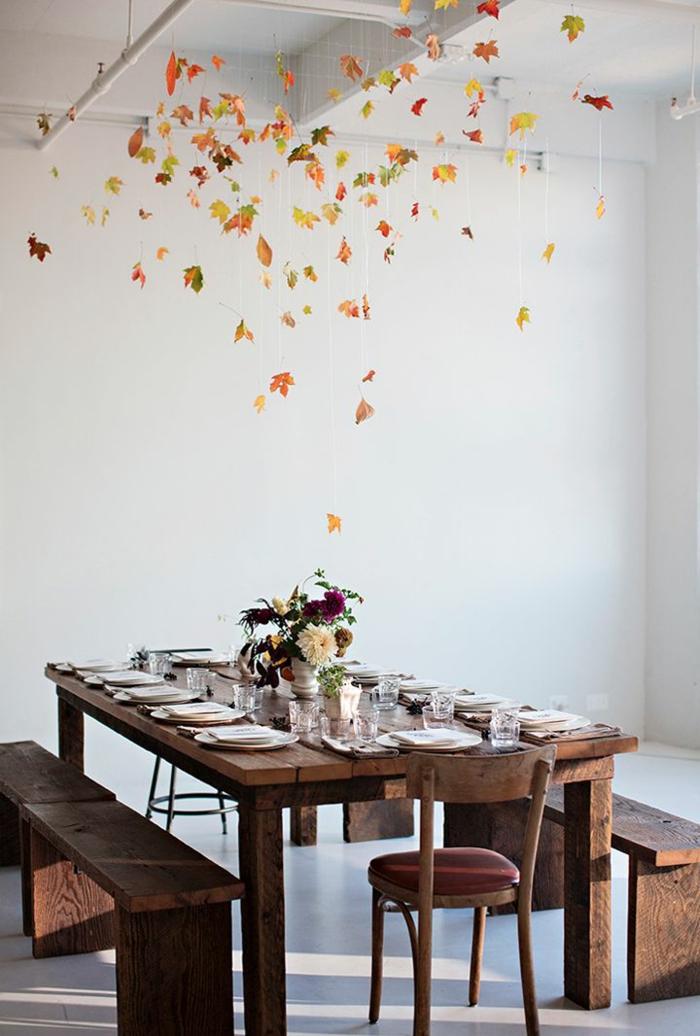 decoración salón en estilo rústico, comedor de madera, decoración simple con flores en un florero blanco