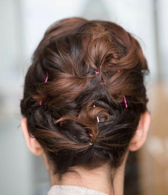 peinados para bodas media melena y pelo corto, moño bajo con nudos y horquillas, peinados elegantes mujer