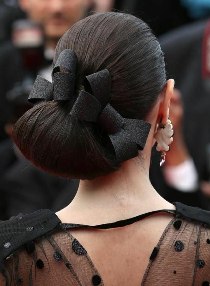fotos de peinados elegantes para ir a una oda, elegante moño lateral con mucho volumen