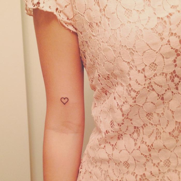 tatuajes pequeños y sencillos para mujer, detalles originales tatuados en la piel, tattoo corazon minimalista