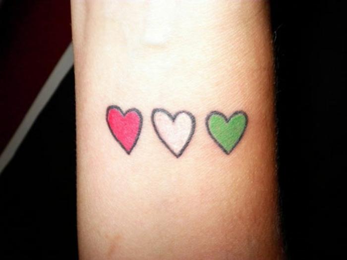 cuál es el significado de los tatuajes con tres corazones, tattoo minimalista en los colores nacionales de Italia