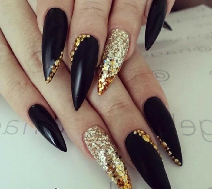 fotos de diseños de uñas adornadas de piedras, uñas super largas afiladas en negro y dorado