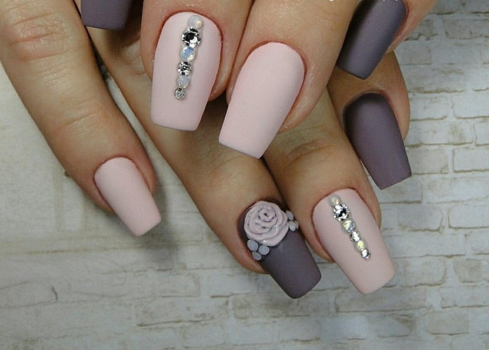 preciosas uñas en rosado y lila con acabado mate y elementos decorativos, fotos de diseños de uñas