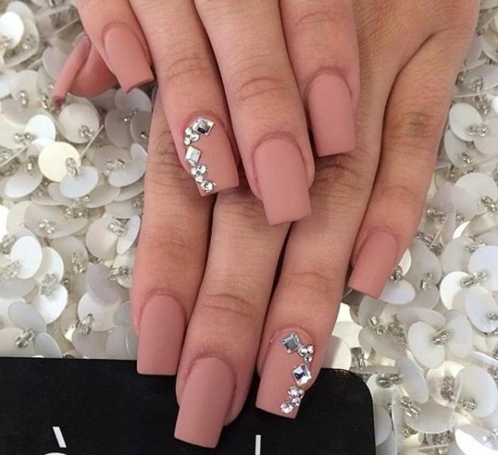 fotos de diseños de uñas con cristales y piedras, uñas largas cuadradas en rosado con acabado mate