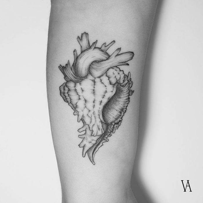 tatuajes bonitos simbólicos con corazón anatómico, tatuajes en el brazo para hombres y mujeres