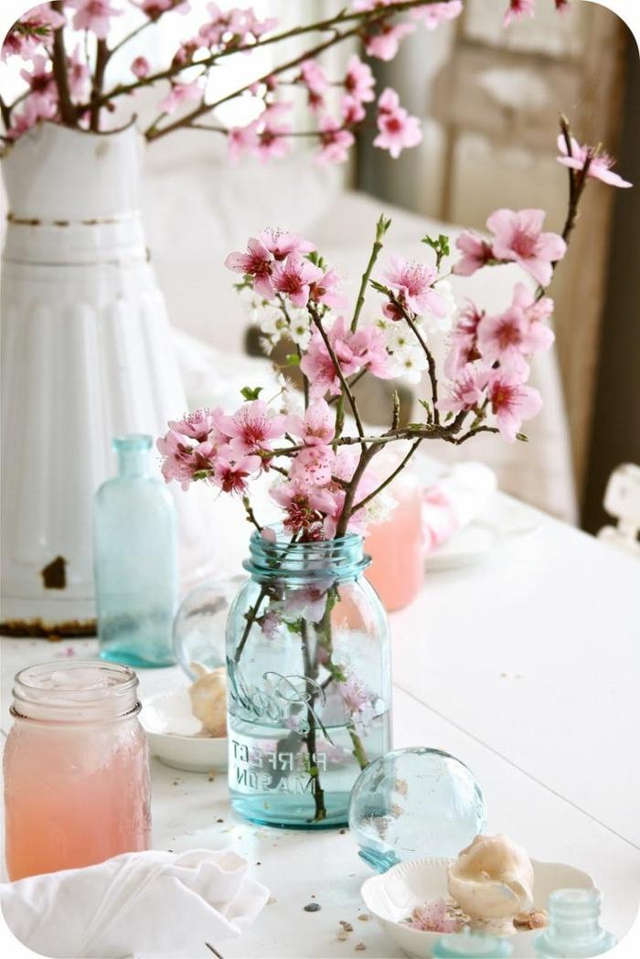 decoración casera original y bonita con flores, florero DIY de un frasco de cristal, que poner encima de una mesa de comedor