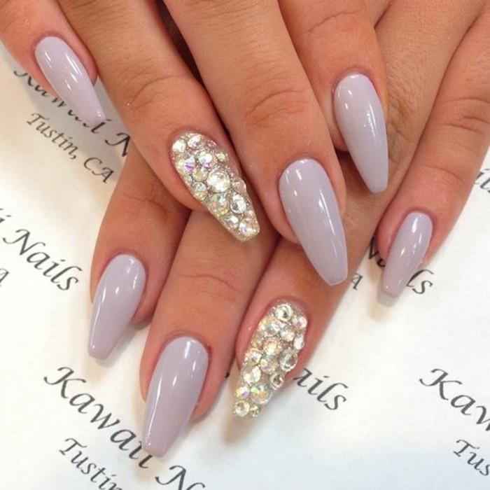 manicura larga en color lila claro y cristales decorativos, más de 100 fotos de diseños de uñas