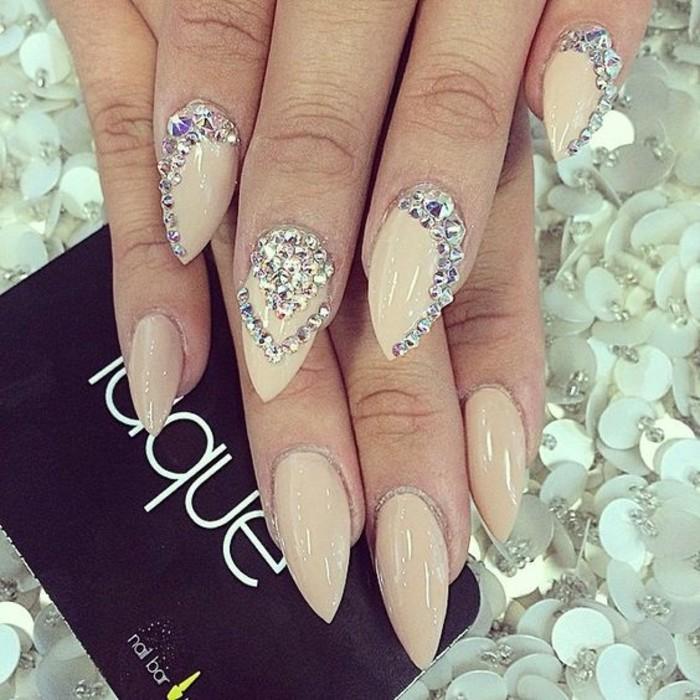 uñas super largas pintadas en beige con bonitas decoraciones de piedras, fotos de diseños de uñas