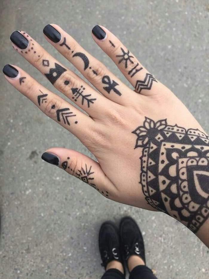 tatuajes pequeños para dedos con fuerte significado, ejemplos de tatuajes maoríes para hombres y mujeres