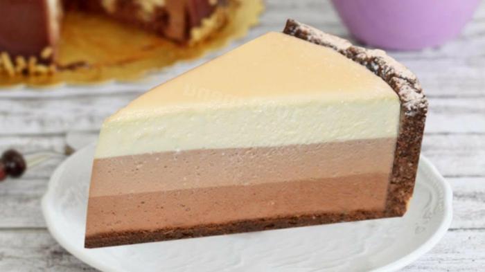 como hacer tarta de tres chocolates paso a paso, preciosa tarta con corteza de galletas y mantequilla